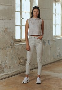 Calvin Klein Jeans - MOM - Jeansy Relaxed Fit - bleach grey - 3