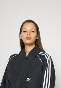 adidas Originals - TRENCH ORIGINALS ADICOLOR PRIMEGREEN COAT - Trenchcoat - black - 5