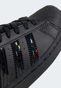 adidas Originals - SUPERSTAR SHOES - Sneakers laag - black - 7
