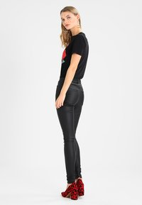 Vero Moda - VMSEVEN SMOOTH COATED PANTS - Bukse - black - 2