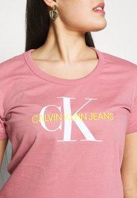 Calvin Klein Jeans Plus - VEGETABLE DYE MONOGRAMTEE - Print T-shirt - brandied apricot - 4
