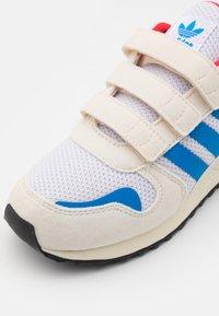 adidas Originals - ZX 700 HD UNISEX  - Tenisky - footwear white/chalk white/core black - 5