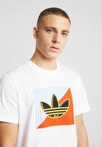 adidas Originals - DIAGONAL LOGO SHORT SLEEVE GRAPHIC TEE - Print T-shirt - white - 3