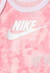 Nike Sportswear - TIE DYE FUTURA SET UNISEX - Print T-shirt - pink foam - 2