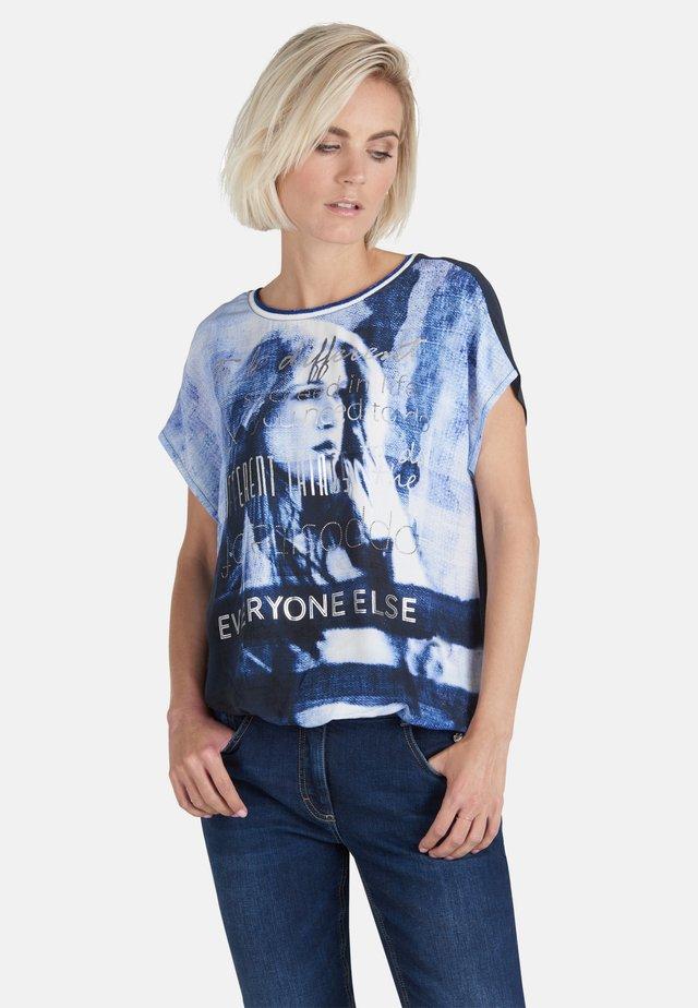 MIT PLACEMENT - Print T-shirt - blau gemustert