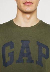 GAP - BASIC LOGO - Print T-shirt - army green - 4