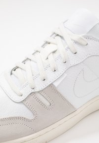 Nike Sportswear - SQUASH TYPE - Sneakersy niskie - white/sail/platinum tint - 5