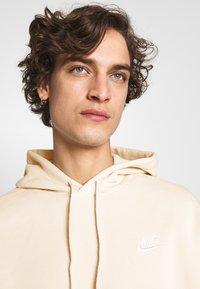 Nike Sportswear - CLUB HOODIE - Luvtröja - light bone/white - 4