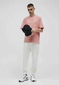 PULL&BEAR - Pantaloni sportivi - white - 1