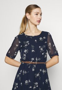Vero Moda - VMFALLIE BELT DRESS - Denní šaty - navy blazer/newhallie - 5