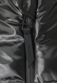 Rains - TREKKER VEST UNISEX - Vesta - shiny black - 3