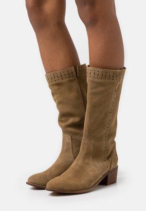 DAELIS - Vysoká obuv - sand