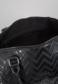 Valentino by Mario Valentino - NUTRIA EMBOSSED WEEKENDER - Sac week-end - nero - 5