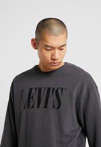 Levi's® - RELAXED GRAPHIC CREWNECK - Sweatshirt - serif holiday forged iron - 4