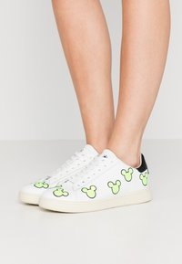 MOA - Master of Arts - EXCLUSIVE GALLERY MICKEY - Trainers - white/neon yellow - 0