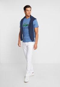 Lacoste - T-shirt med print - rois - 1