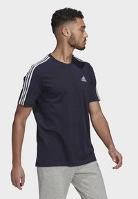 adidas Performance - 3-STRIPES SPORTS ESSENTIALS T-SHIRT - T-shirt med print - dark blue - 2