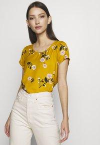 Vero Moda - VMFALLIE - Print T-shirt - chai tea/fallie - 0