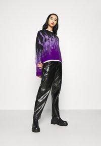 NA-KD - VINYL PANTS - Kalhoty - black - 1