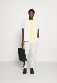 Tommy Hilfiger - STRETCH SLIM FIT TEE - T-shirt - bas - delicate yellow - 1