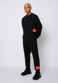 Calvin Klein Jeans - OVERSIZED BADGE - Sweatshirt - black - 3
