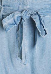 Vero Moda Tall - VMVIVIANANEVE - Shorts - light blue denim - 2