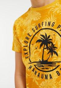WE Fashion - Print T-shirt - ochre yellow - 2