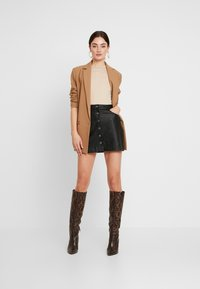 Missguided - BUTTON UP NECK LONG SLEEVED BODYSUIT 2 PACK - Long sleeved top - camel/burgundy - 1