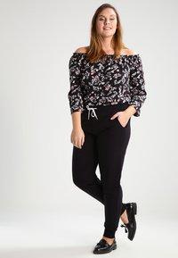 Zalando Essentials Curvy - Pantalones deportivos - black - 1
