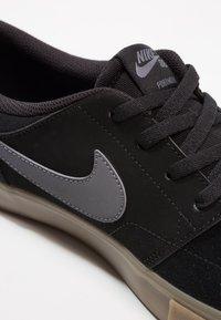 Nike SB - PORTMORE II SOLAR - Obuwie deskorolkowe - black/light brown/dark grey - 5