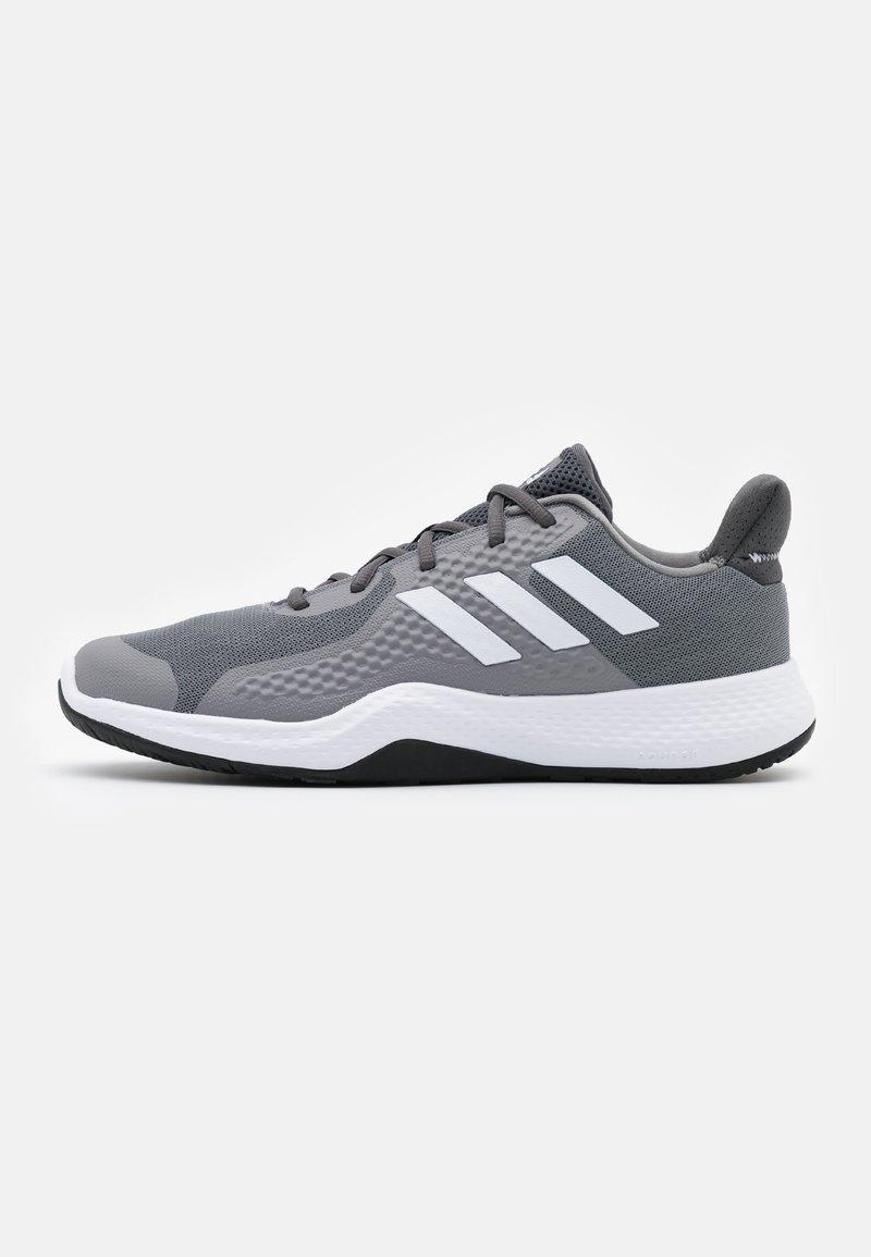 adidas Performance - FITBOUNCE VERSATILITY BOUNCE TRAINING SHOES - Kuntoilukengät - grey three/footwear white/core black