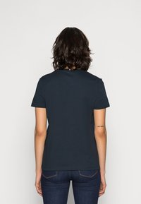 Tommy Hilfiger - HERITAGE CREW NECK GRAPHIC TEE - T-shirts print - midnight - 2