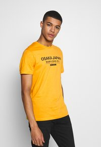 Pier One - T-shirt med print - yellow - 0