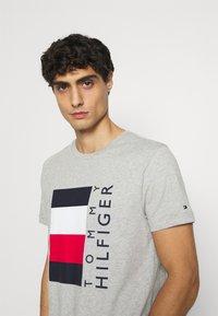 Tommy Hilfiger - CORP STRIPE BOX TEE - T-shirt med print - medium grey heather - 4