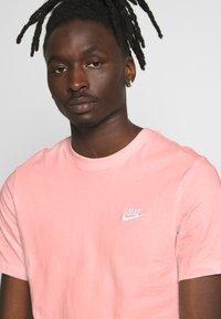Nike Sportswear - CLUB TEE - T-shirt - bas - washed coral - 4