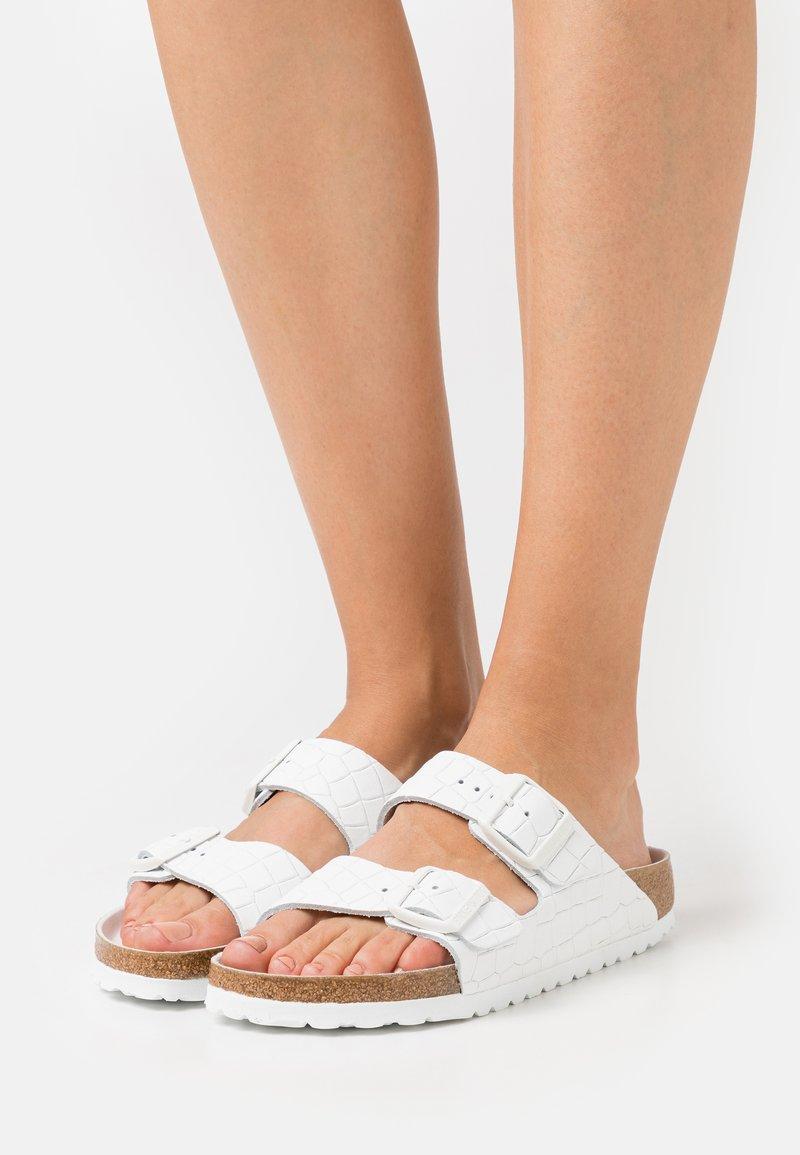 Birkenstock - ARIZONA MONO CROC - Sandalias planas - white