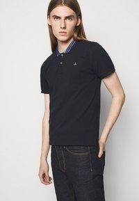 Vivienne Westwood - CLASSIC STRIPE COLLAR - Polo shirt - navy - 4