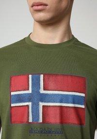 Napapijri - SIROL - T-shirt med print - green cypress - 2