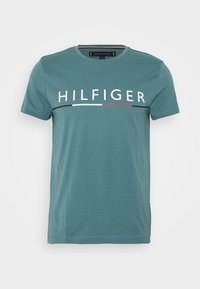 Tommy Hilfiger - GLOBAL STRIPE TEE - T-shirt z nadrukiem - green - 4