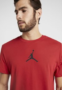 Jordan - JUMPMAN CREW - Print T-shirt - gym red/black - 5