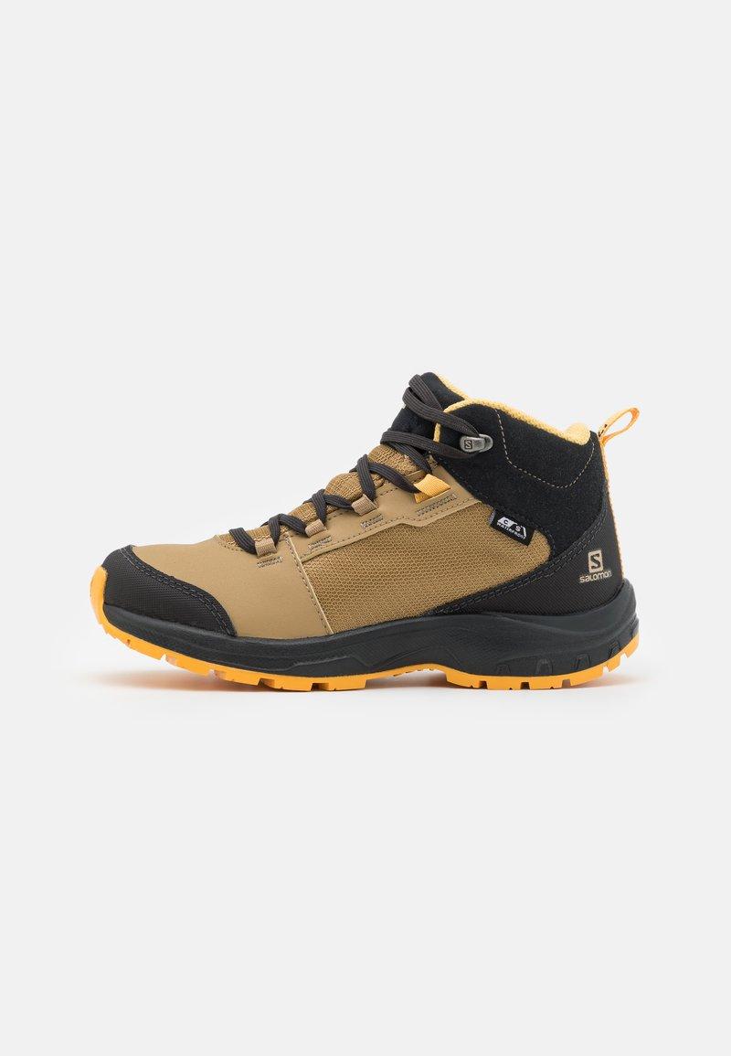 Salomon - OUTWARD CSWP UNISEX - Hiking shoes - safari/phantom/warm apricot