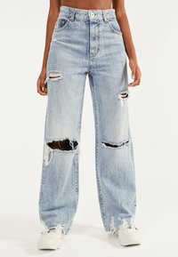 Bershka - MIT RISSEN - Flared Jeans - blue denim - 0