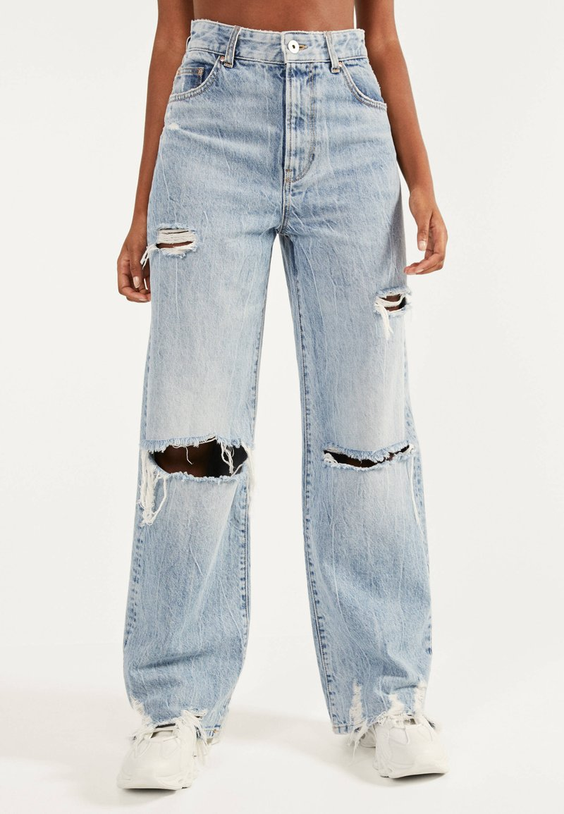 Bershka - MIT RISSEN - Flared Jeans - blue denim