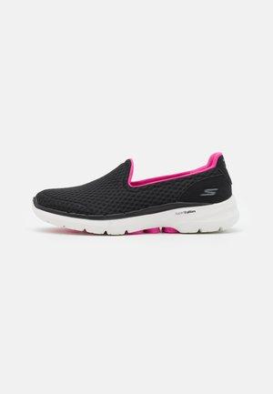 GO WALK 6 BIG SPLASH - Obuwie do biegania Turystyka - black/pink