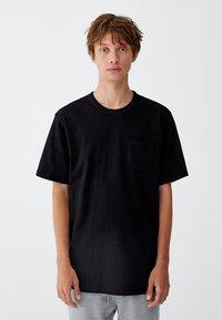 PULL&BEAR - MIT BRUSTTASCHE - T-shirt - bas - black - 0