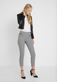 Guess - CARRIE PANTS - Trousers - black/white - 1