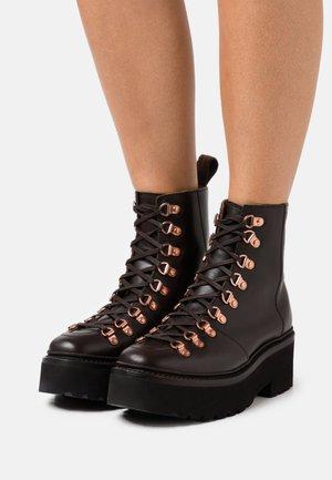 NANETTE - Kotníkové boty na platformě - dark brown colorado