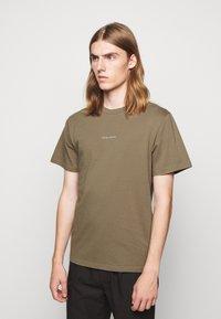 forét - QUIET - Print T-shirt - stone - 0