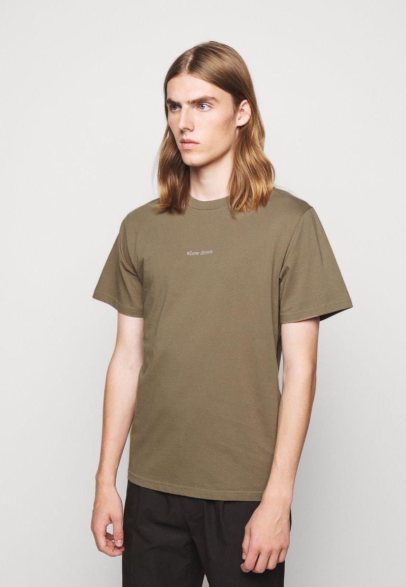 forét - QUIET - Print T-shirt - stone