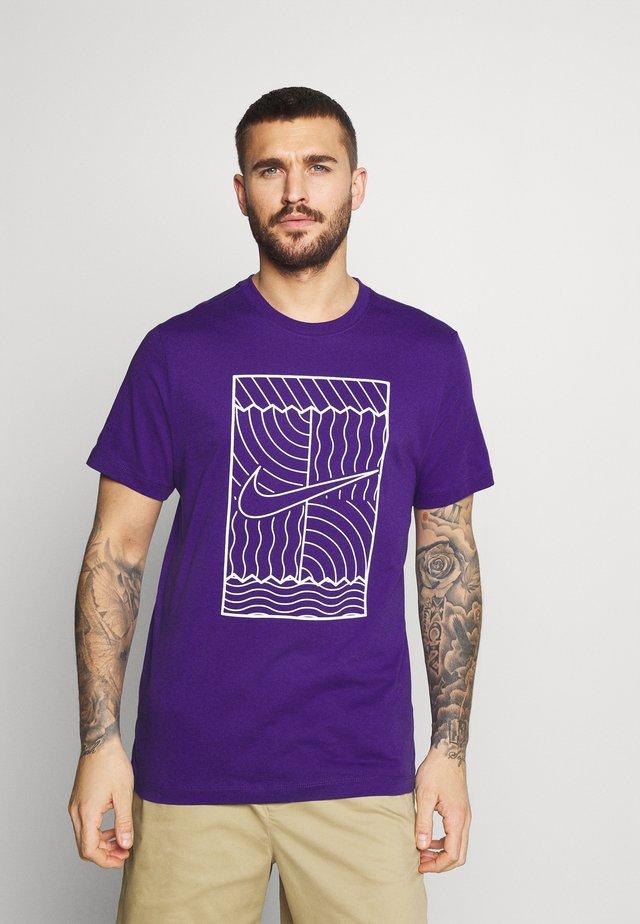 TEE COURT  - T-shirt print - purple/white